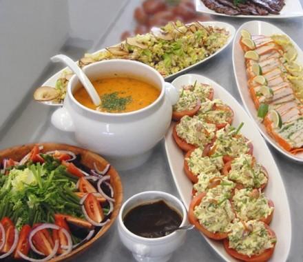 Buffet de salades, soupe et terrine